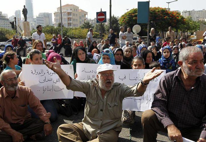 Familiares de rehenes capturados por grupos yihadistas sirios participan en una protesta. (Archivo/EFE)