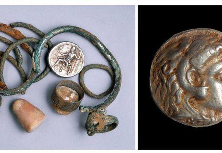 Foto facilitada por la Autoridad de Antigüedades de Israel de varias piezas del pequeño tesoro de monedas y objetos de plata hallado en una cueva de Galilea y que datan de la época de Alejandro Magno. (EFE)