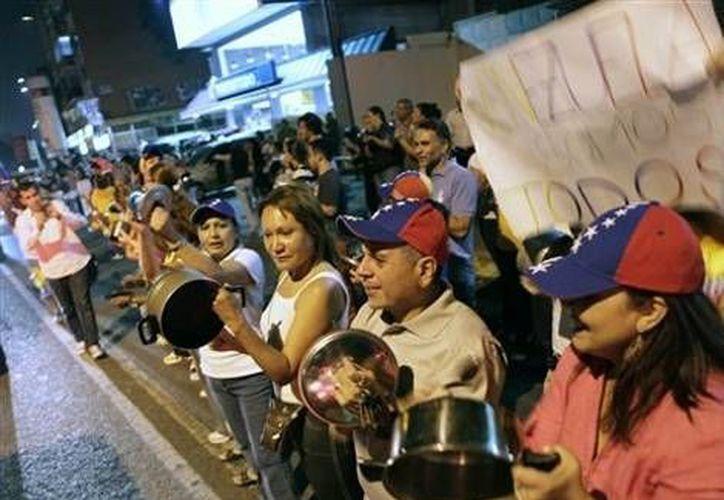 "El ""cacerolazo"" a favor de Henrique Capriles, desde anoche. (AP)"