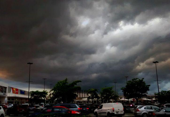 """El fin de semana será """"pasado por agua en Yucatán"""": dos ondas tropicales causarán aguaceros, según el pronóstico de Conagua. (Eduardo Vargas/SIPSE)"""