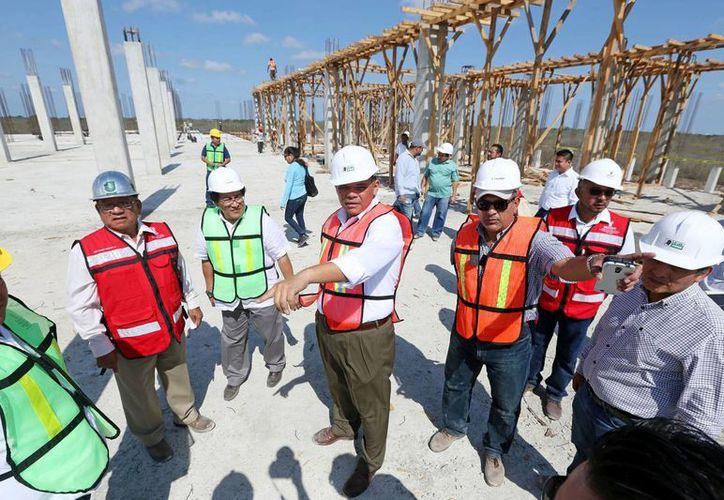 El gobernador Rolando Zapata inspeccionó este sábado los avances de la construcción del nuevo Hospital Materno Infantil. (Foto cortesía del Gobierno de Yucatán)