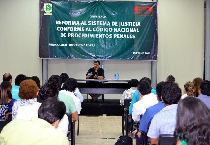 Camilo Constantino Rivera dictó una conferencia en el recinto del Poder Judicial del Estado. (Milenio Novedades)
