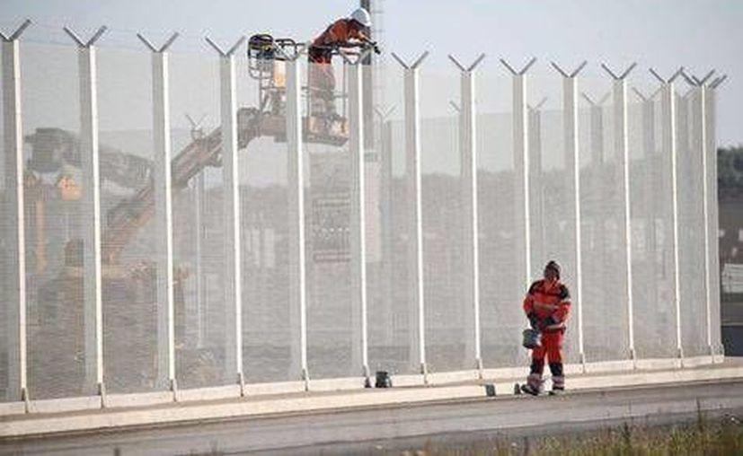 El inicio de las obras del muro levantó polémica en una Europa flagelada por la cuestión migratoria. (EFE)