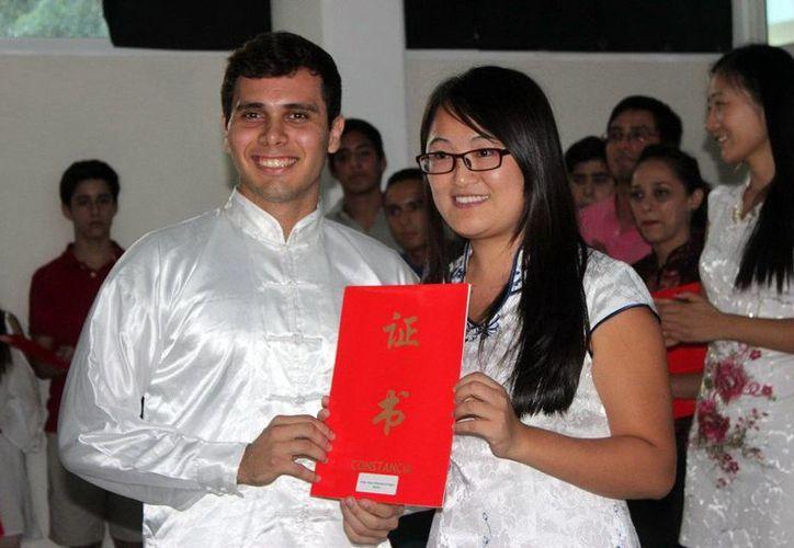 Imagen de Leticia Bastarrechea Concha y Josué Villanueva Ortegón, quienes recibieron un reconocimiento por su participación en el Concurso Nacional del Puente Chino, que realizó la Embajada de China en México. (Milenio Novedades)