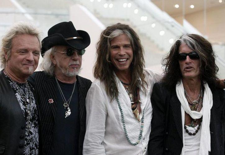 Los integrantes del grupo Aerosmith Joey Kramer, Brad Whitford, Steven Tyler y Joe Perry en un evento en Singapur el pasado 22 de mayo. (EFE/Archivo)