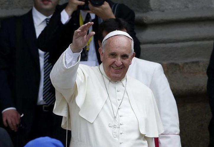 El Papa Francisco saluda a la multitud frente a la catedral de Manila, Filipinas el pasado 16 de enero. (Archivo/EFE)
