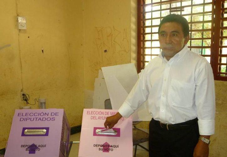 El candidato Luciano Sima Cab emitió su voto. (Raúl Balam/SIPSE)