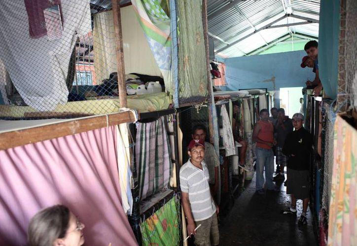 Internos que sobrevivieron al incendio dentro de la nueva celda colectiva construida por los presos en la cárcel de Comayagua. (Agencias)