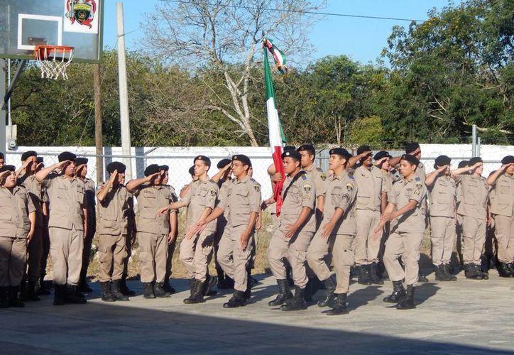 Con honores a la Bandera Inicio de la ceremonia en el Instituto Militarizado del Sureste. (Cortesía)