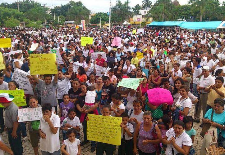Cientos de docentes manifestaron su inconformidad por la aprobación a las leyes educativas. (Twitter/@charliearcee)
