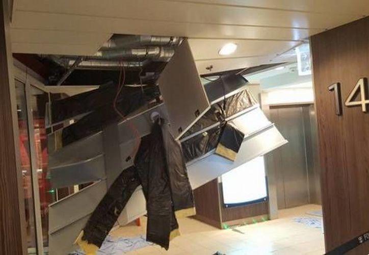 Imagen del interior del crucero Anthem of the Seas, el cual se topó este domingo con una fuerte tormenta que solo dejó daños materiales. (Twitter: the Weatherboy)