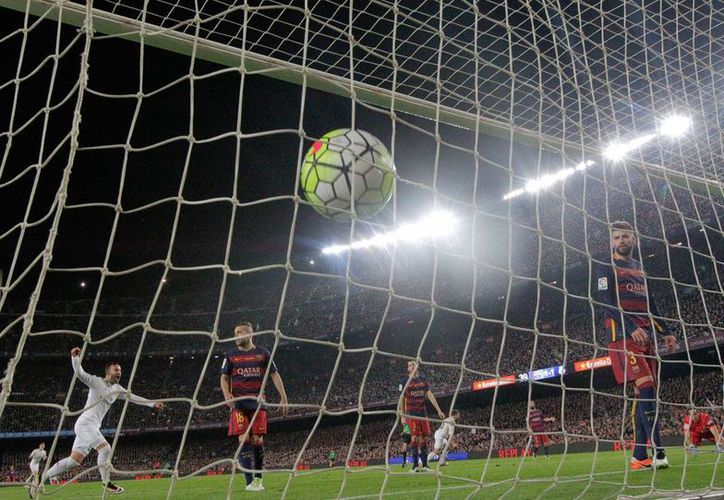 A pesar de la dolorosa derrota, el Barcelona continua como líder de la Liga de España. (Foto: AP)