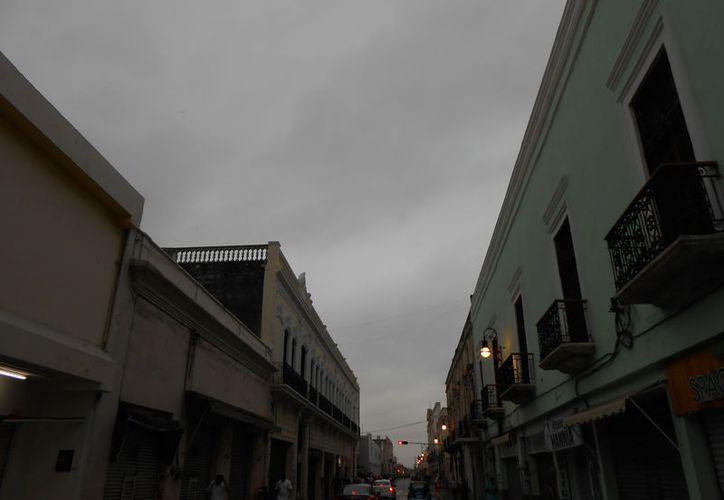 Mérida amaneció nublado y con lloviznas esporádicas. Este viernes 7 de abril, la temperatura bajó considerablemente, comparada con los calores extremos de los últimos días. (Eduardo Vargas/SIPSE)