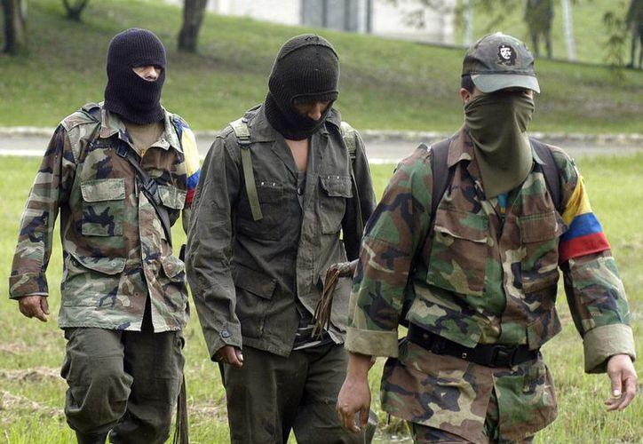 Centenares de militares, policías y civiles pasaron seis, ocho, 10 y hasta 12 años secuestrados por las FARC. (Archivo/EFE)