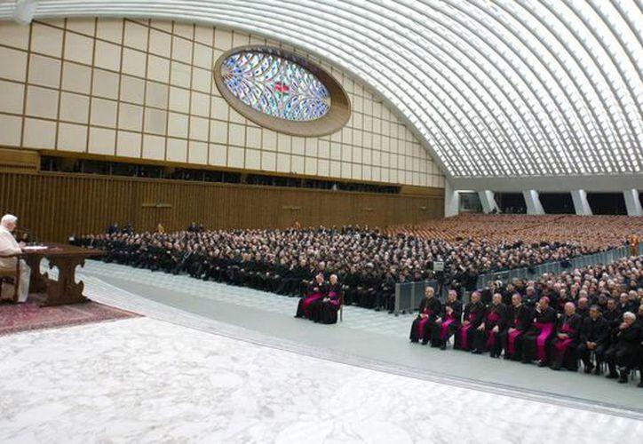 Benedicto XVI reunido con cardenales en el Vaticano. (EFE)