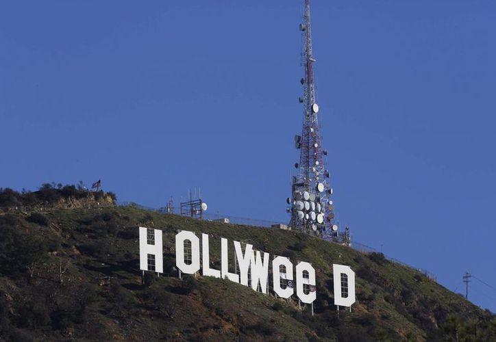 Las letras del letrero famoso de Hollywood fue modificado para hacer referencia a legalización de la Marihuana en algunos estados de EU.(Damian Dovarganes/AP)