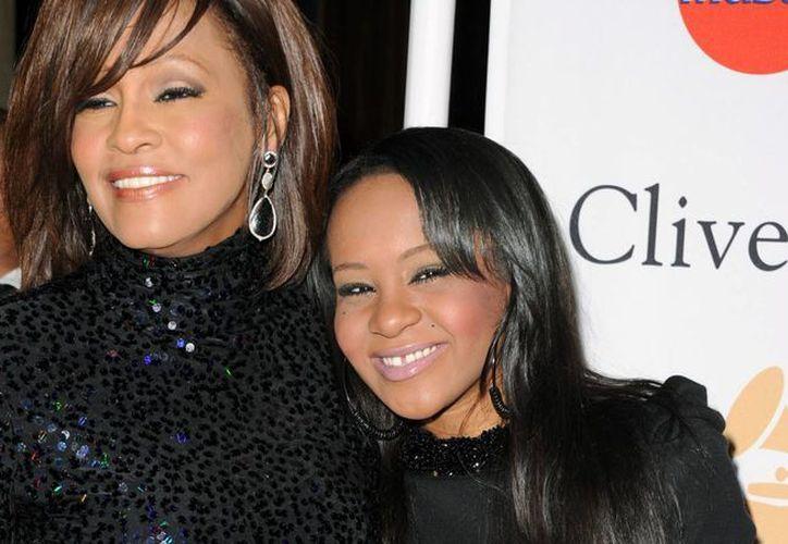 Bobby Brown publicó en su libro 'Every Little Step' los excesos que tuvo su exesposa, la fallecida Whitney Houston, en donde involucró a su hija Bobbi Kristina. (Archivo/Agencias)