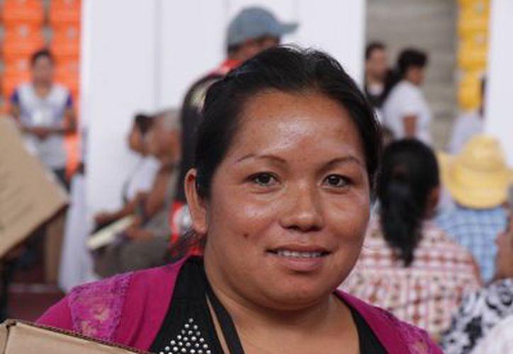 Ifetel informó que el próximo 17 de diciembre se dará el apagón en la zona del Valle de México. Imagen de una beneficiada del programa Mover México con su televisión digital nueva. (Archivo/Notimex)