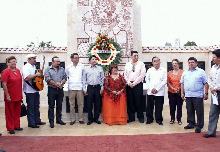 Artistas yucatecos y autoridades estatales durante la ofrenda floral. (Juan Albornoz/SIPSE)