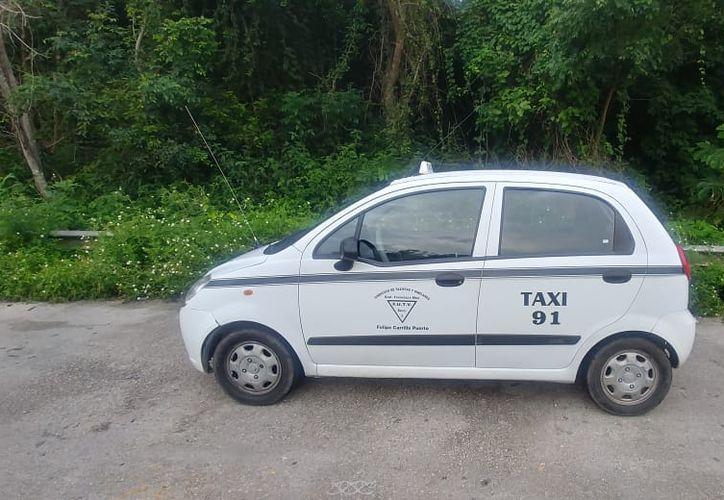 Un taxi de Felipe Carrillo Puerto fue encontrado en Bacalar, abandonado, con las llaves pegadas y sin su conductor. (Redacción/SIPSE)