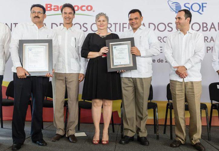 La sanidad e inocuidad alimentaria son elementos de competitividad y bienestar, destacó el gobernador Rolando Zapata Bello durante un reconocimiento a la empresa Bachoco. (SIPSE)