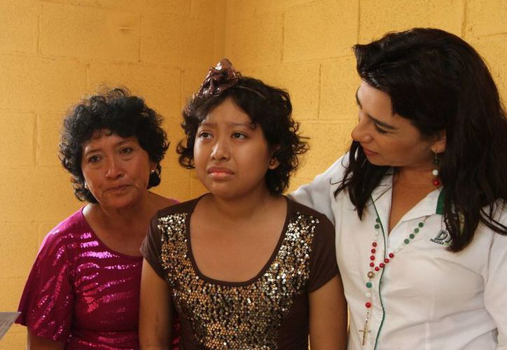 Jaqueline Ramírez (c), su madre María Tut y Sara Blancarte (d) mientras recorrían la nueva casa. (Cortesía)