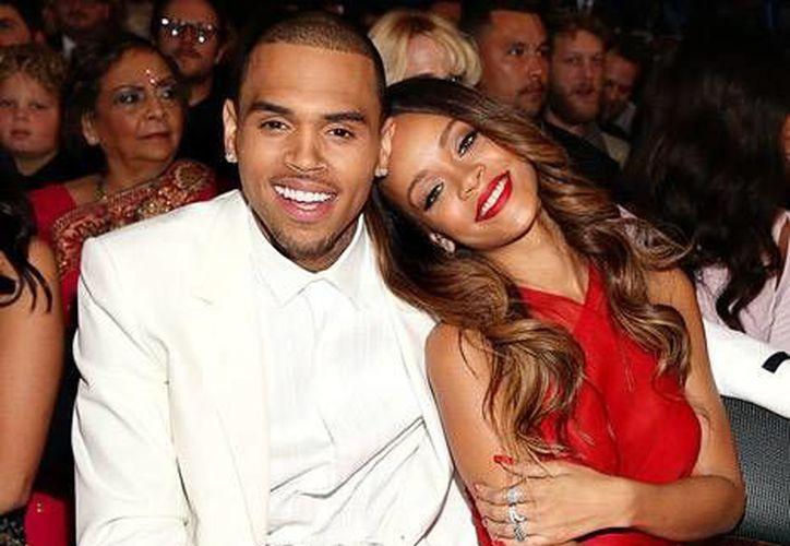 Rihanna y Chris Brown en la entrega del Grammy en febrero pasado. (usmagazine.com)