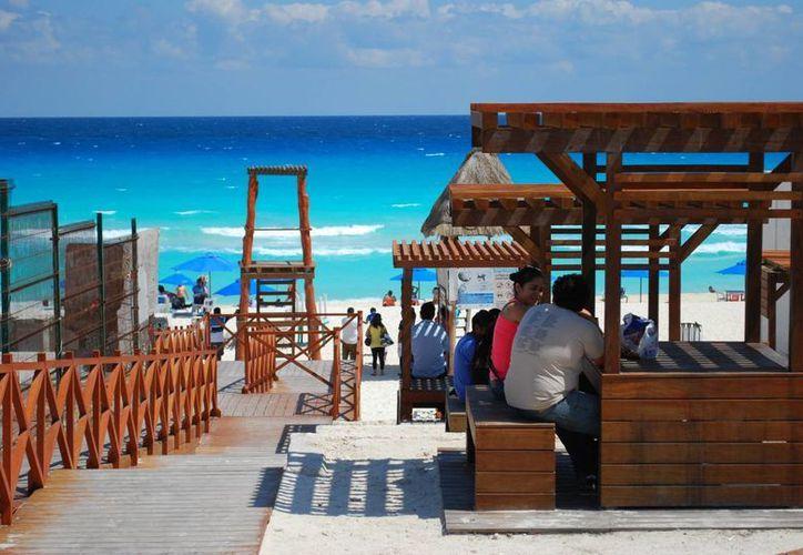 Playa Marlín es una de las preferidas por parejas sin hijos y jóvenes para pasar un rato de diversión. (Tomás Álvarez/SIPSE)