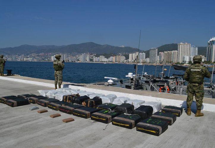 La Armada de México aseguró 35 bultos en la mar, con una sustancia que aparentemente es cocaína, en inmediaciones de Huatulco, Oaxaca. (Foto: semar.gob.mx)