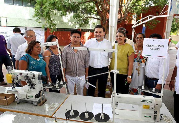 El titular de la STPS, Enrique Castillo Ruz, entregó cerca de dos millones de pesos en apoyo de los programas Capacitación en la Práctica Laboral, Capacitación para el Autoempleo y Fomento al Autoempleo. (Milenio Novedades)