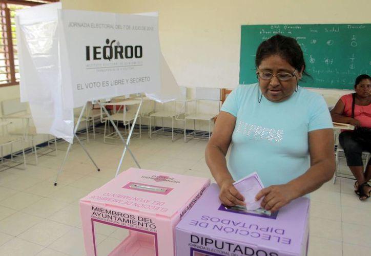 Votantes tuvieron que esperar hasta 30 minutos para emitir su sufragio. (Israel Cárdenas/SIPSE)