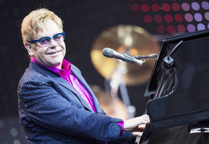 El músico británico Elton John, durante una actuación con su inseparable piano. (EFE/Archivo)