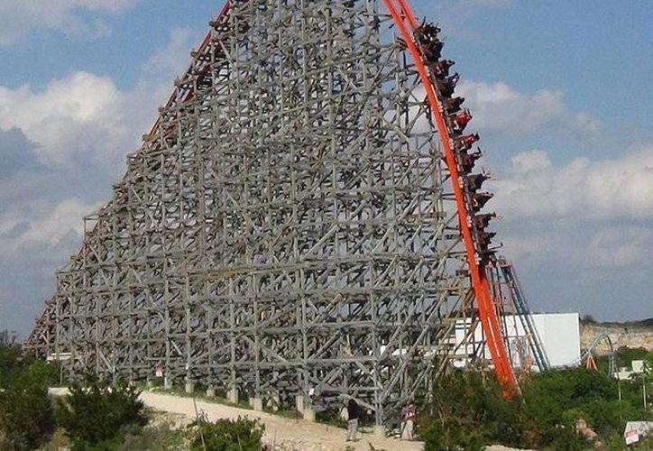 La gigantesca montaña rusa de la que cayó la mujer equivale a 14 pisos de altura. (themeparkreview.com)