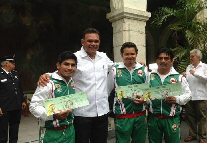 El Gobernador premió a Lino, al instructor  Ernesto Lugo Sánchez y al promotor José de Jesús Manrique Esquivel. (Cortesía)