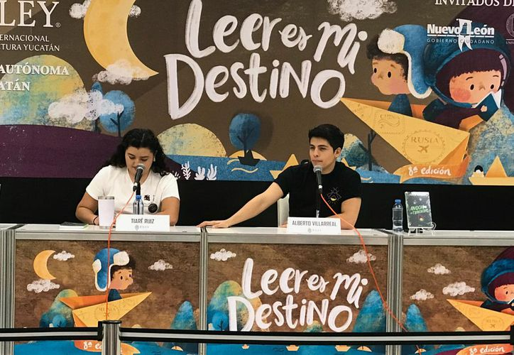 El joven autor de 24 años presentó su tercer libro en la Filey. (Novedades Yucatán)