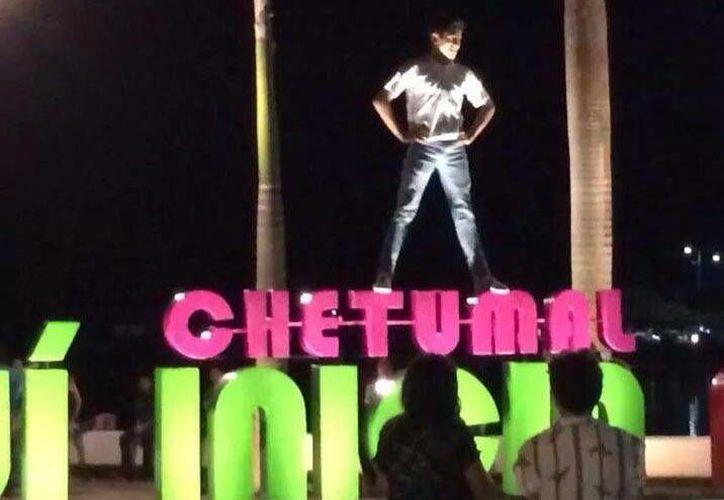 La imagen, compartida en Facebook, muestra a un joven quien se subió a la estructura recién inaugurada. (Cortesía/Facebook)