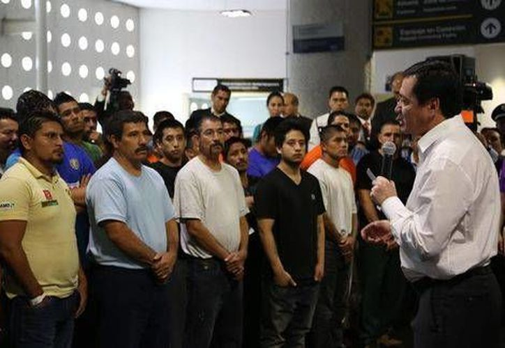 Osorio Chong recibió en la terminal dos del AICM a 135 hombre que fueron repatriados por el gobierno estadunidense. (Lorena López/Milenio)
