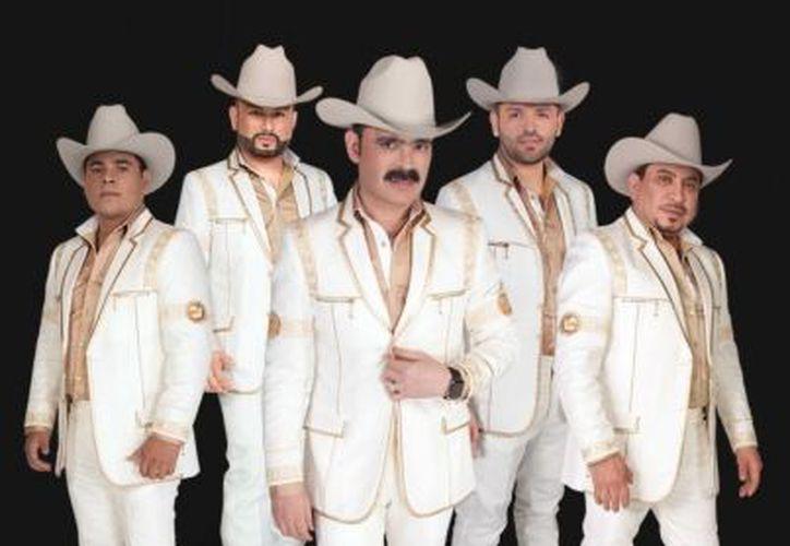 Con sacos blancos y sombreros negros, Los Tucanes de Tijuana armaron el ambiente ante una gran multitud (Foto: Notimex)