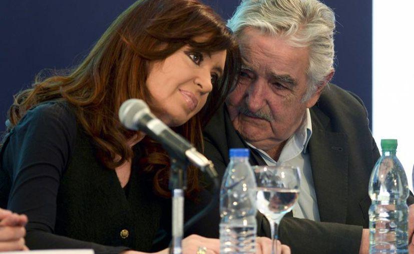 Cristina Fernández escucha a José Mujica durante la inauguración de la planta desulfurizadora, el martes en Montevideo, Uruguay. (EFE)