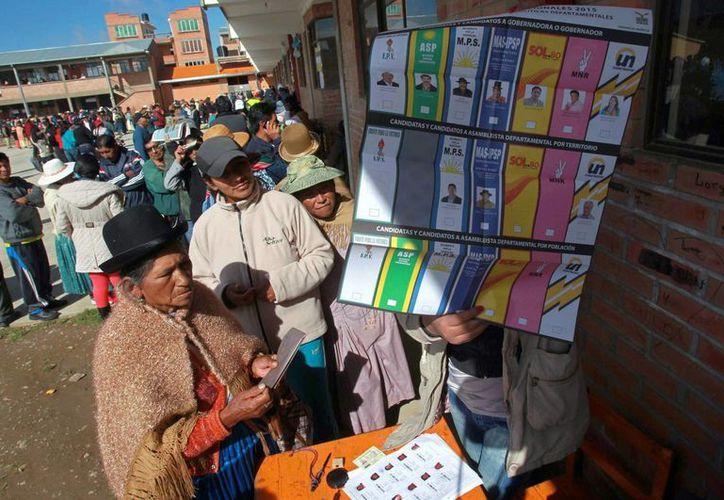 Los bolivianos participarán este domingo en un referendo impulsado por el oficialismo que definirá si se permite al presidente Evo Morales y su vicepresidente, Álvaro García Linera, la posibilidad de presentarse otra vez como candidatos en el 2019. (EFE/Archivo)