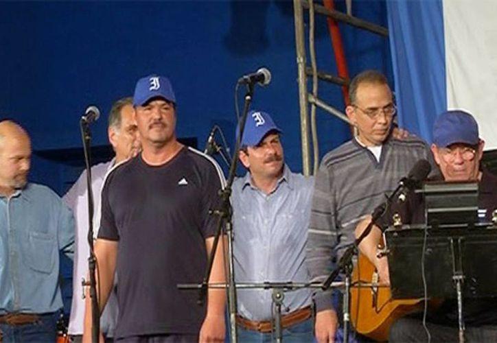 Imagen del concierto del cantautor Silvio Rodríguez (izquierda) acompañado de los cinco agentes cubanos que estuvieron en prisión en Estados Unidos. (telesurtv.ne)