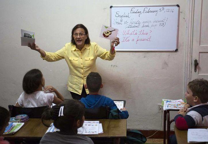La profesora Graciela Lage da clase de inglés en la Escuela Cubana de Lenguas Extranjeras en La Habana, Cuba. (Agencias)