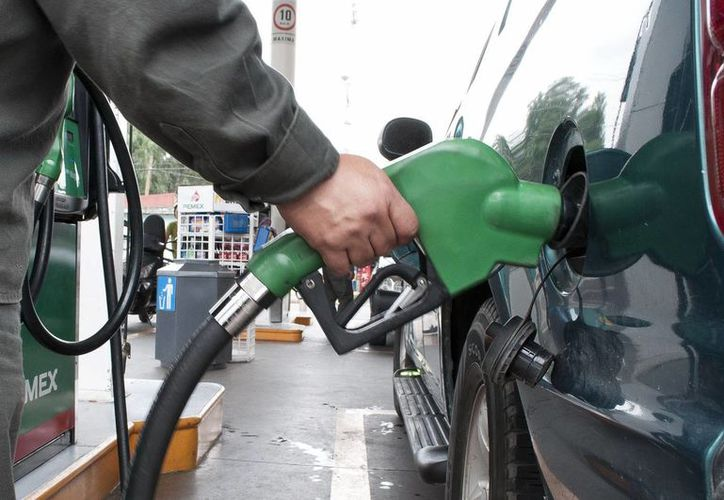 Industriales aseguran que la reforma evitará que los combustibles sigan aumentando de precio. (Archivo/Notimex)
