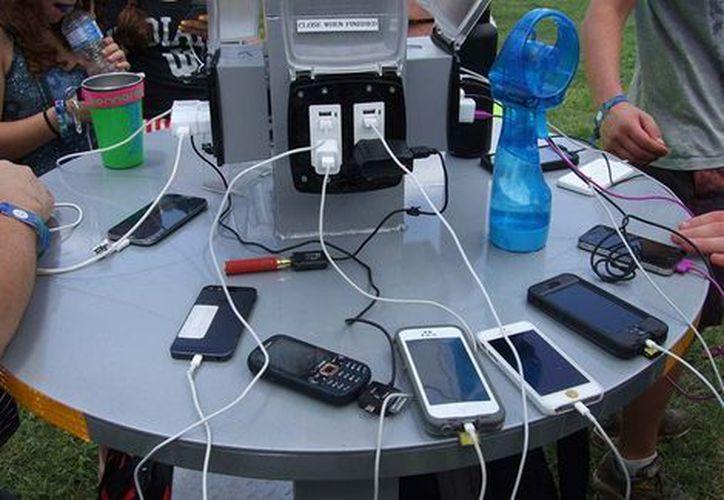 Usar los lugares públicos para cargar celulares con cables usb, puede poner en riesgo tus información personal. (Milenio)