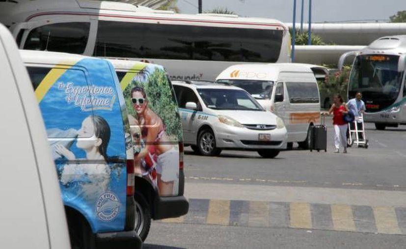 El servicio de autotransporte en el Aeropuerto de Cancún ha sido señalado por tener prácticas monopólicas. (Archivo/SIPSE)