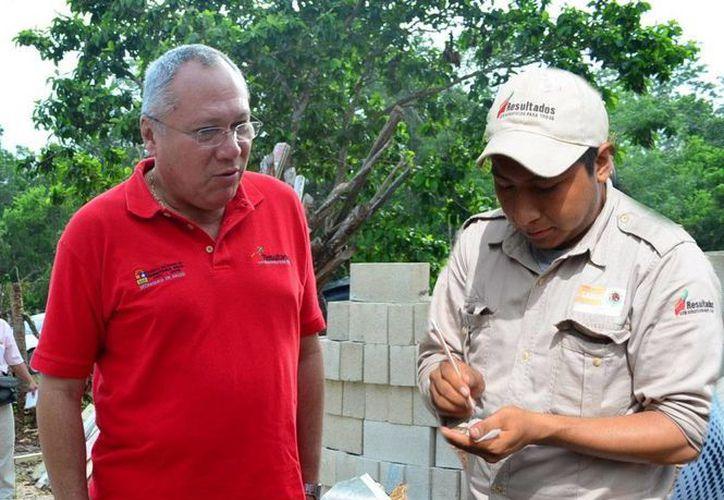 El secretario de Salud, Rafael Alpuche Delgado, supervisa las acciones de control larvario. (Cortesía/SIPSE)