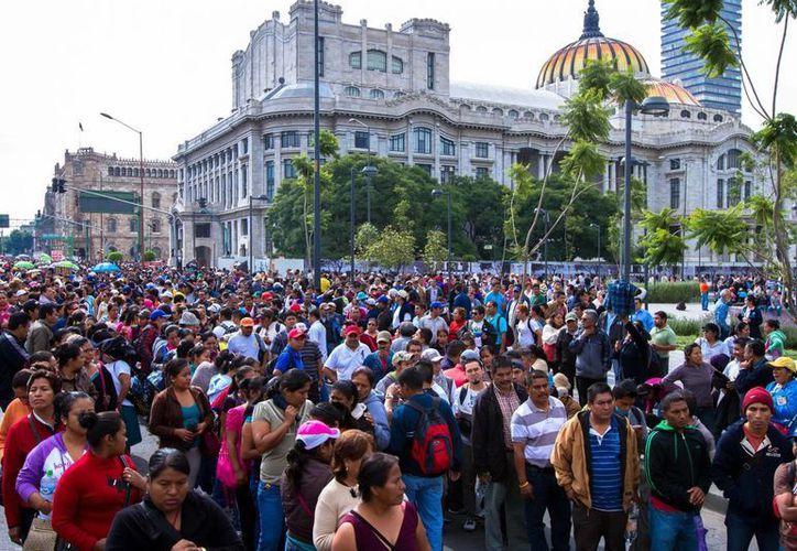 Maestros de la CNTE durante la megamarcha hacia la Residencia Oficial de Los Pinos. (Notimex)