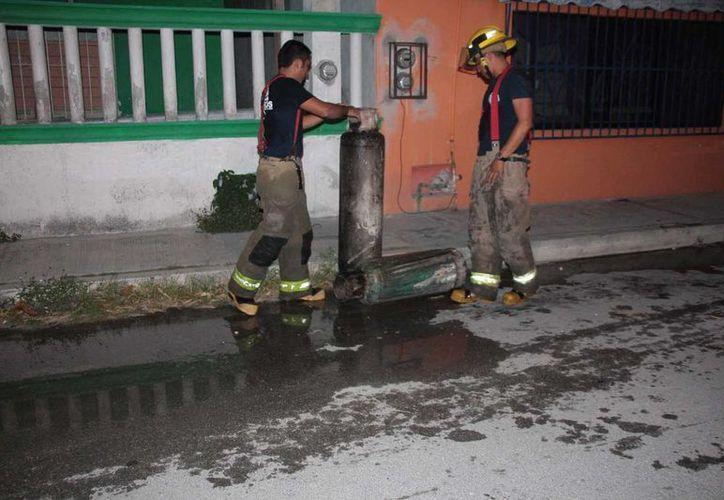 Dos tanques de gas fueron retirados del lugar para evitar alguna explosión. (Julián Miranda/SIPSE)