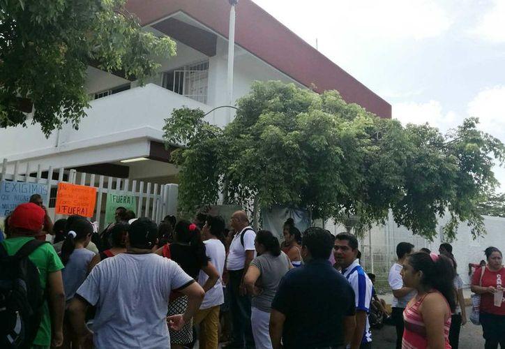 Fueron cerca de 40 padres de familia que se aglomeraron y pegaron pancartas en la entrada del recinto educativo. (Octavio Martínez/SIPSE)