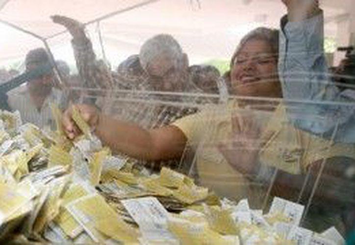 Quienes depositaron sus boletos en la urna y no obtuvieron ningún premio en esta ocasión, tendrán una segunda oportunidad. (Cortesía/SIPSE)
